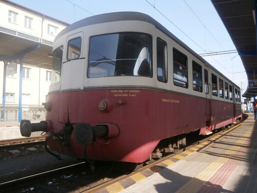 Prívesný vozeň Balm na nástupišti č. 4, koľaj 18 bratislavskej Hlavnej stanice