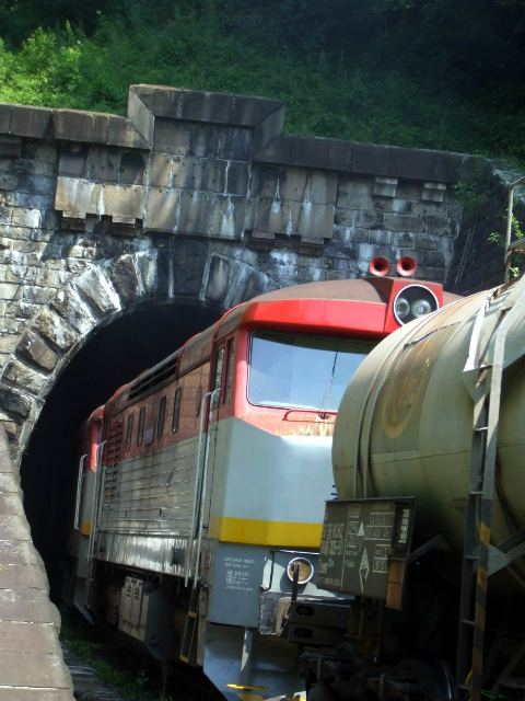 21 dalej zmizli pripojene dve lokomotivy a pat cisterien