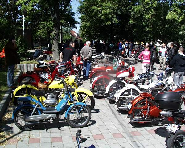 19 perakova sekcia s talianskym mopedom v popredi
