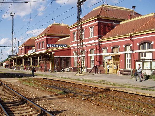 25 zrenovovsna stanicna budova este bez krytych nastupist