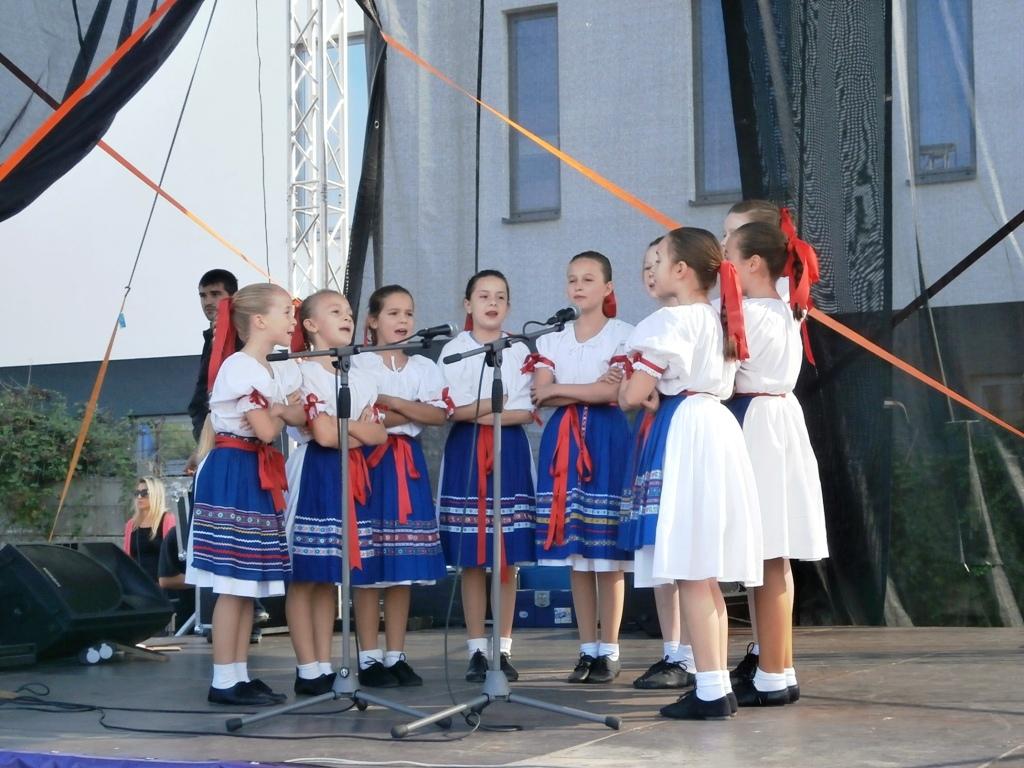 Folklórne vystúpenie na pódiu