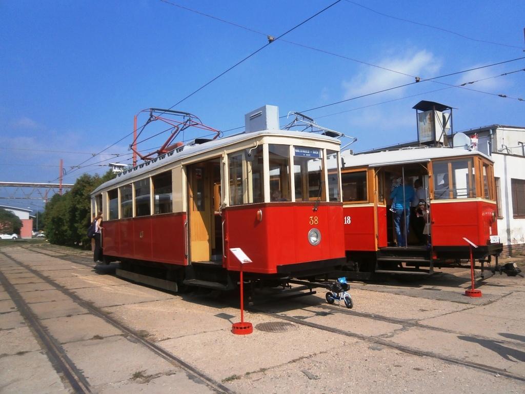 Výstava historických električiek - DPMB 38 a BMEŽ 18