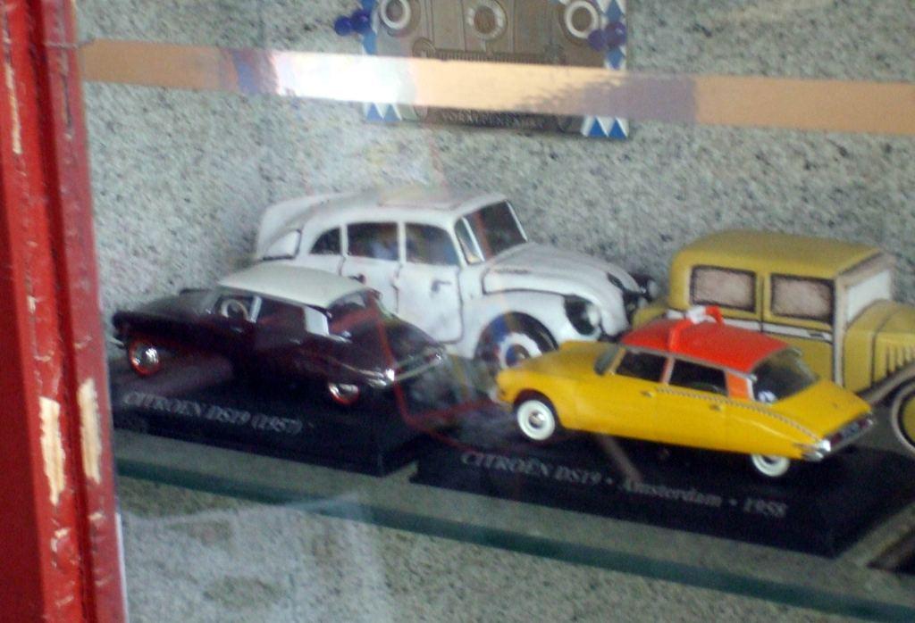 22 vitrina s automodelmi, vzacna je porcelanova aerodynamicka Tatra