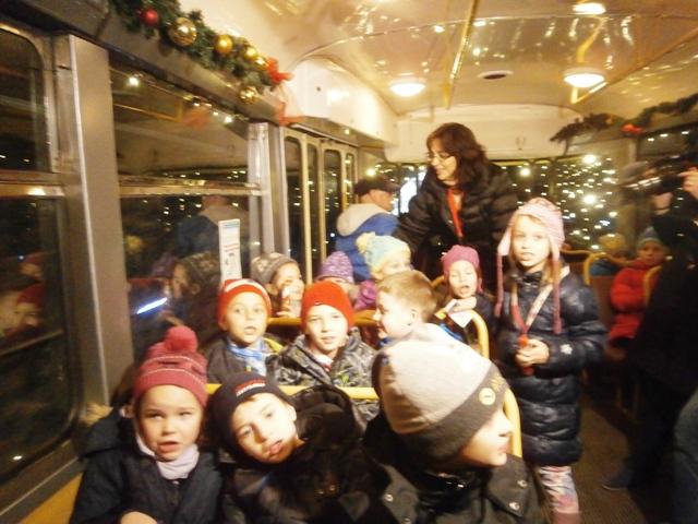 Počas jazdy tunelom sa deti odmenili Mikulášovi pesničkou