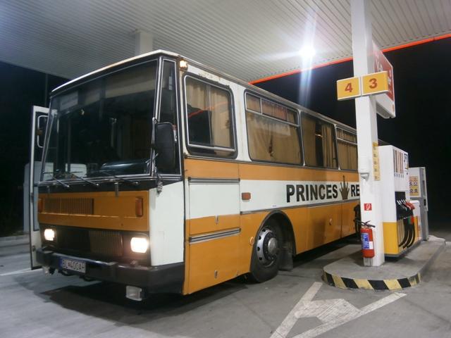 LC 735 prestávkuje na benzínovej pumpe