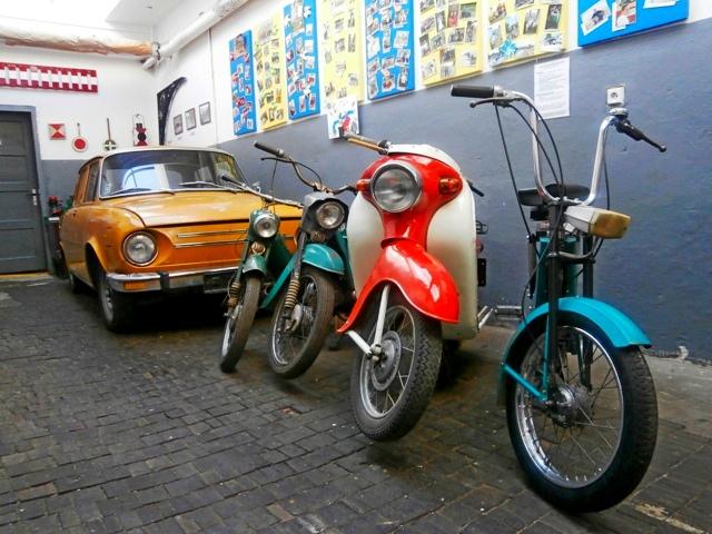 Automobil Škoda 100 a historické motocykle
