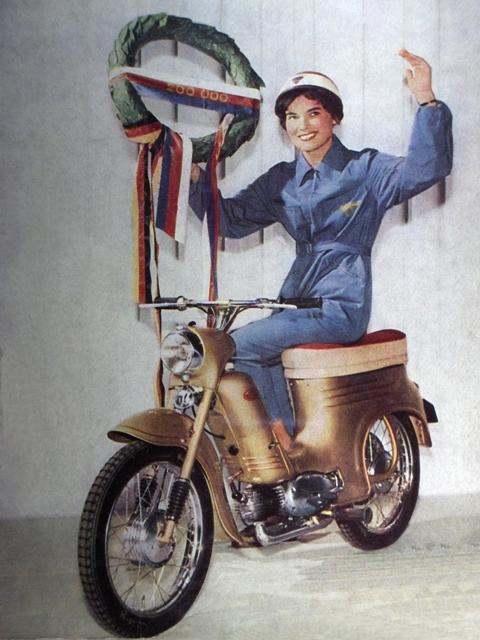 24 dvestotiica motorka z Povazskej Bystrice zlatometalizovany typ 555 model C s dvojsedlom