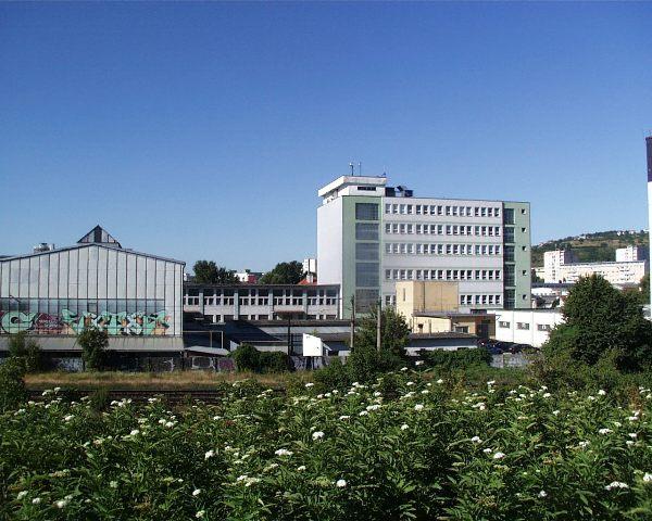 46 druha polovica byvalej Tesly od nasypu spojky Hlavna stanica-Nove Mesto, nizka budova Vstupna kontrola a sklady obalovin