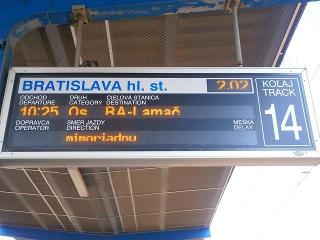 Dio odchodu mimoriadneho vlaku je podľa informačnej tabule ešte viac ako 8 hodín čas. A to aj napriek tomu, že Slnko je už dávno nad obzorom. :-D