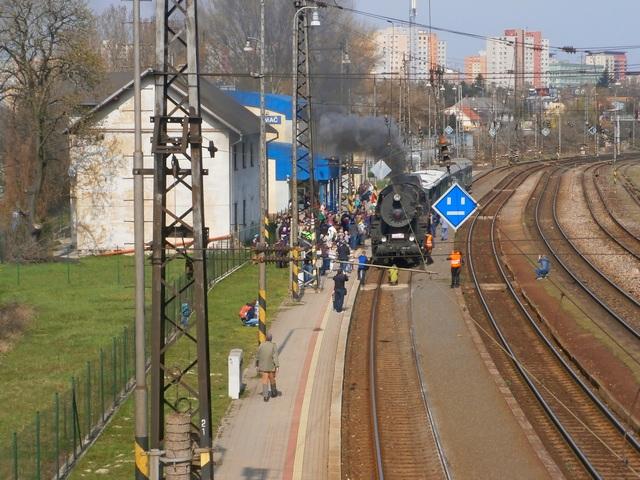 Pohľad na nostalgický vlak z lávky pre peších