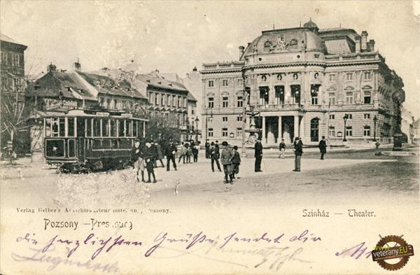 pred mestským divadlom na Košútovom námestí