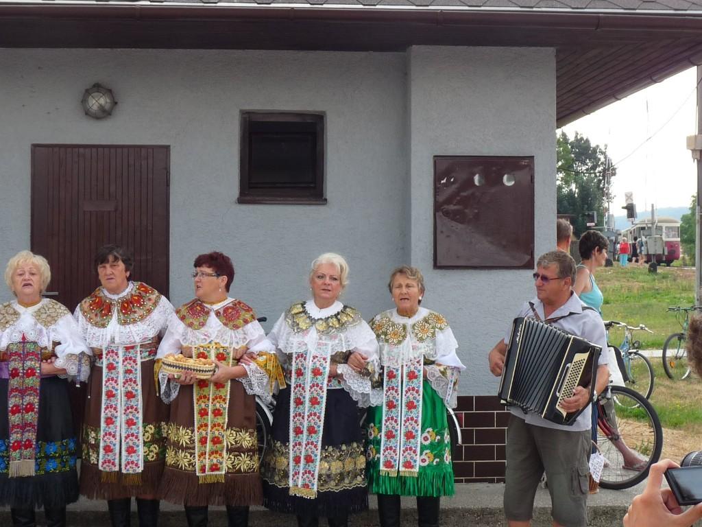 Folklórny súbor Jabloničanka spríjemňuje cestujúcim sobotné dopoludnie