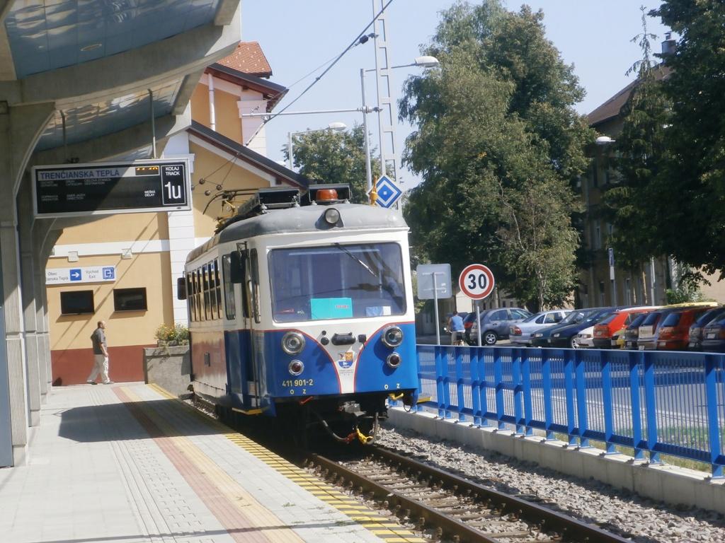411.903-8 oddychuje na stanici v Trenčianskej Teplej