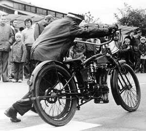 12 mozno i takto sa rozbiehal Lietajuci Optik na predvadzacej jazde prvych motocyklov Laurint a Klement v Bratislave, zdroj internet