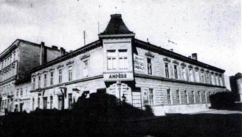 08 Rozna budova Marschallovej tovarne na koce kratko po jej krachu, majitel jazdil jednym z prvych kocov bez koni, no ich vyrobe sa nevenoval