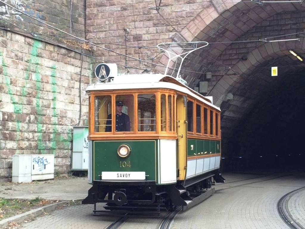Elegantná krásavica pri vyústení tunela