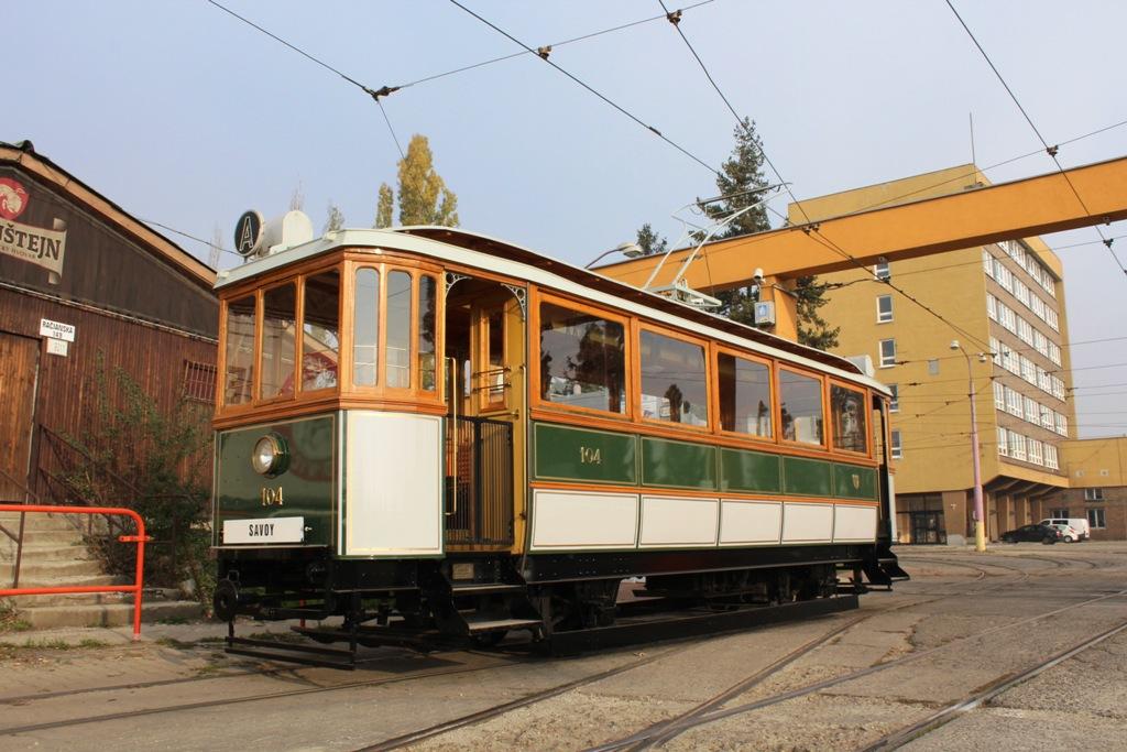 Najstaršia električka dopravného podniku GANZ #104 pred vozovňou Krasňany