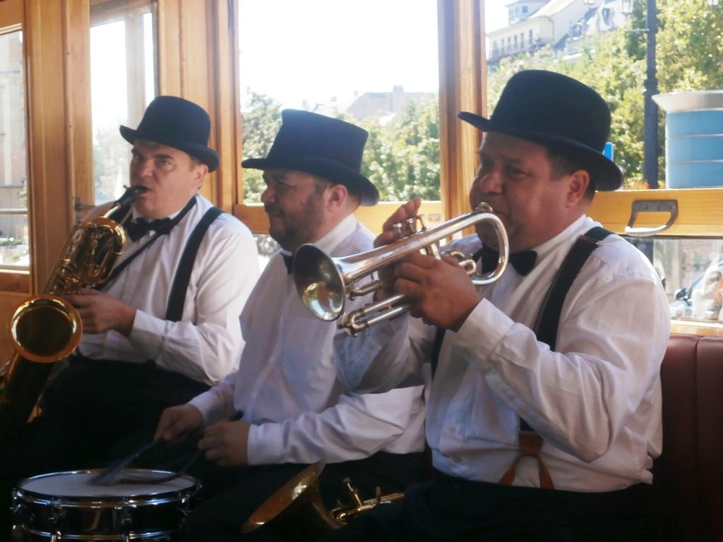 premiérové jazdy spríjemnila cestujúcim swingová kapela Funny fellows