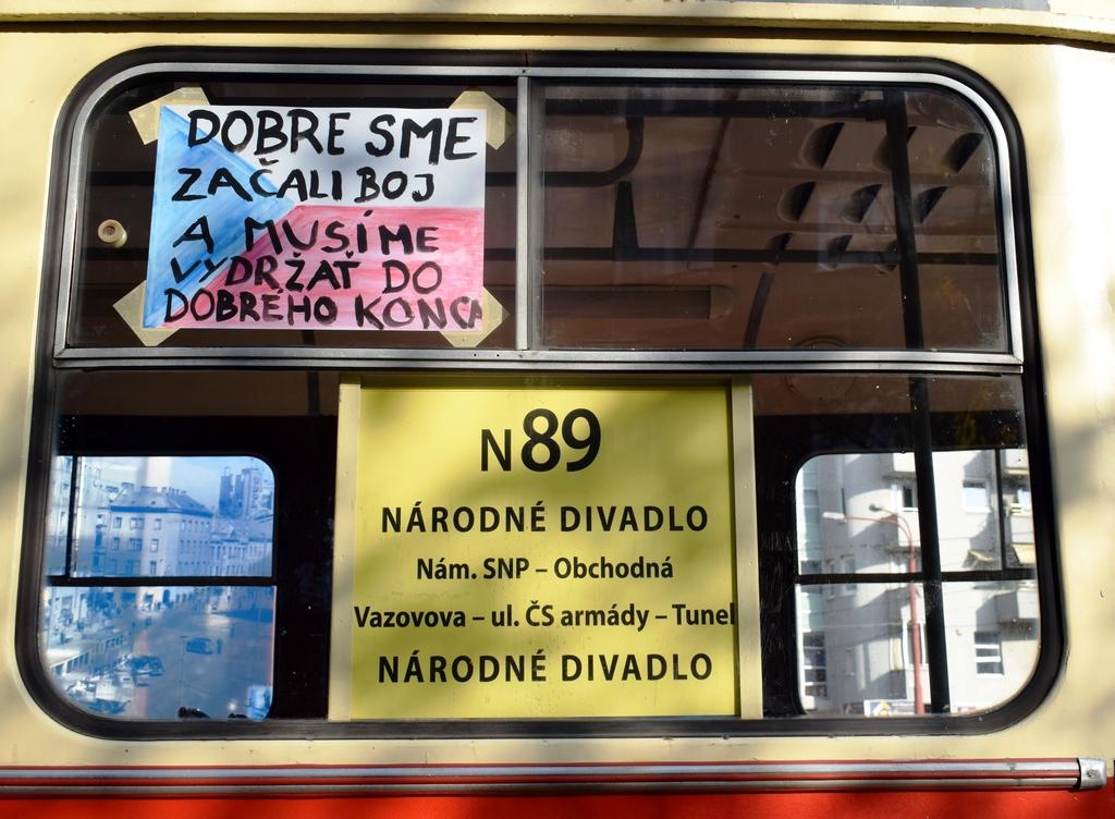 Pohľad na dobové nápisy a trasu linky N89.